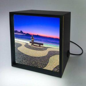 Backlight – Amanhecer em Copacabana com Drummond e lua minguante